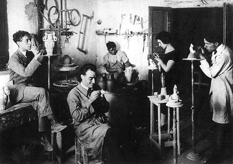 Federico Melis nel suo laboratorio di ceramiche con la mogle.