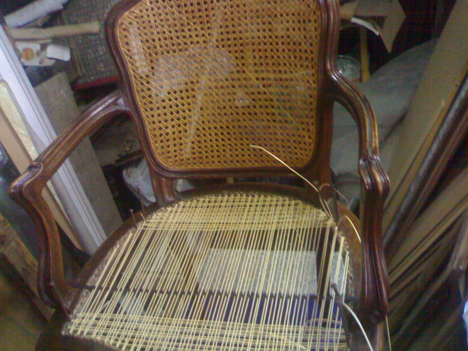 Impagliatura in paglia di vienna di fiume in cordino cinese sia a spicchi che a scacchi su se divani letti Il lavoro é artigianale quindi eseguito