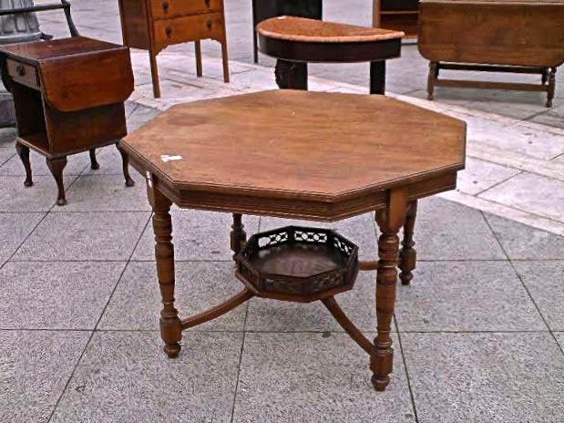 Mobili antichi → Tavoli e tavolini → Tavolino ottagonale d`epoca  Antico tavolino ottagonale dei primi anni del 900 in massello di mogano. Ogni lato del piano misura cm 41, la misura da lato a lato è di cm.99, l`ingombro massimo è cm.106. L` altezza…  ... continua ...
