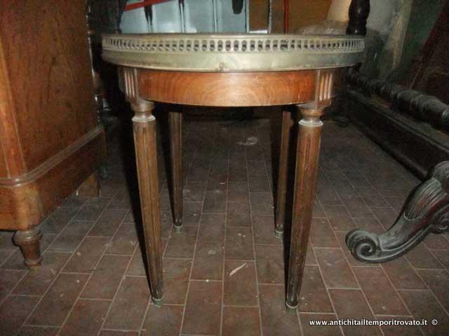 Mobili antichi → Tavoli e tavolini → Antico tavolino con marmo  Antico tavolino francese dei prini del 900 con piano in marmo e rondò in ottone traforato. Fascione e gambe tornite e scanalate in massello di mogano. L`altezza al piano in marmo è di…  ... continua ...
