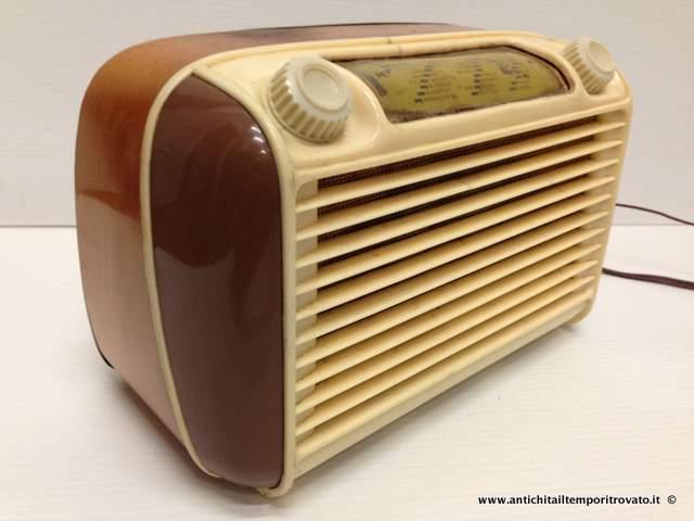Oggettistica d`epoca → Strumenti scientifici → Siemens 515  Piccola radio soprammobile Siemens 515 (onde medie) di forma compatta, con angoli arrotondati in legno e bachelite.…  ... continua ...