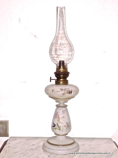 Arredamento D'antiquariato Lume A Petrolio Con Base In Opaline E Vetro Soffiato