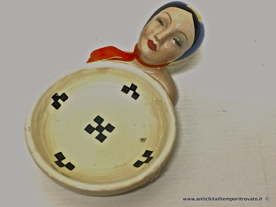 Sardegna antica → Tutto Sardegna → Piccola ceramica donna sarda di Cia Manna  Piccola ceramica di C.I.A. Manna realizzata nel 1940 per Cao: rappresenta la testa di una giovane donna con la cuffietta sarda ed una corbula (cm.Ø10). Buono lo stato di conservazione: …  ... continua ...